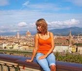 Piękna młoda kobieta we florencji — Zdjęcie stockowe