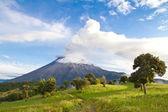 Tungurahua vulkan utbrott vid soluppgången med rök — Stockfoto