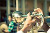 Straat band spelen, selectieve aandacht op de handen met trompet — Stockfoto