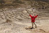 在一座山徒步旅行的人 — 图库照片
