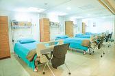 Interno del nuovo ospedale vuota stanza completamente attrezzata — Foto Stock