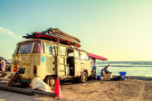 Hippie Surfboard Van on the beach — Foto de Stock