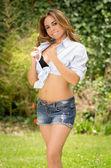 Ritratto di bella donna con un tan e pantaloncini — Foto Stock