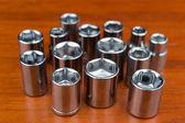Set verchromt schraubenschlüssel dadoes auf holz — Stockfoto