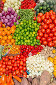 Fresh and organic vegetables at farmers market — Stock Photo