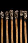 Fósforos quemados, primer plano, fondo negro — Foto de Stock