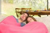 恩爱夫妻睡躺在家里的沙发上 — 图库照片
