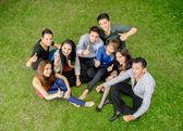 Groupe d'adolescents hispaniques pied vers le haut à l'extérieur — Photo