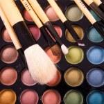 barevné oční stíny paleta s profesionální make-up štětce — Stock fotografie