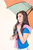 Sexy elegante donna ispanica giovane in posa con ombrello — Foto Stock