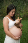 Beautiful pregnant woman relaxing outside in the park — Stock Photo