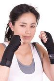 Junge Frau bei der Bekämpfung der Haltung auf weißem Hintergrund — Stockfoto