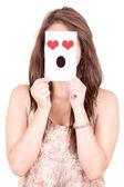 Mujer mostrando un emoticon de amor frente a — Foto de Stock