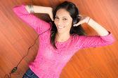 Donna sdraiata sul pavimento e l'ascolto di musica. — Foto Stock