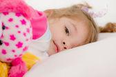 Adorable petite fille aller pour dormir dans le lit — Photo