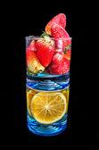 Laranjas e morangos em um copo — Fotografia Stock