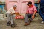 Deux hommes jouant aux dames — Photo