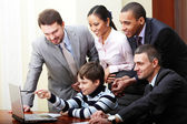 Indigo kid explains business strategy to mature business team — Stock Photo