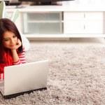 dizüstü bilgisayar ile genç kadın — Stok fotoğraf #25728731
