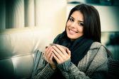 Portrait d'une belle jeune femme sur canapé — Photo