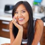 jeune femme asiatique, parler au téléphone en riant — Photo
