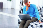 Dizüstü bilgisayarınızda evde absorbe çalışan genç adam — Stok fotoğraf