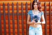 Müzik açık dinleme retro kamera kadınla — Stok fotoğraf