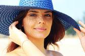 Portret młodej kobiety piękne w elegancki kapelusz — Zdjęcie stockowe