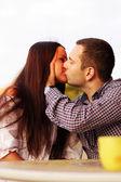 Romantica coppia baci — Foto Stock