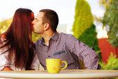 Romantica coppia baciarsi in café — Foto Stock