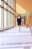 Mujer caminando por la oficina de negocios — Foto de Stock