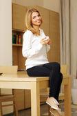 Woman sitting and drinking coffee — ストック写真