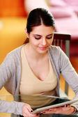 Kobieta, patrząc na komputerze typu tablet — Zdjęcie stockowe