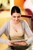Donna guardando computer tablet — Foto Stock