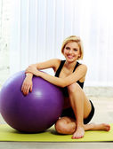 Fit woman with fitball — Stock Photo