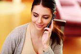 Mujer hablando por teléfono en casa — Foto de Stock