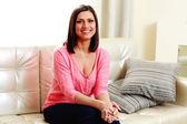 Frau sitzt auf dem sofa — Stockfoto