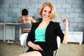 Jonge mooie vrouw in office — Stockfoto