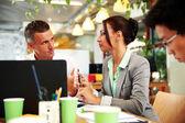 ビジネスの人々 のオフィスでハンサムなグループ — ストック写真