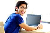 Hombre asiático hermoso en el hogar — Foto de Stock