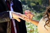 O nikah yüzüğü başına koyarak — Stok fotoğraf