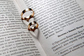 Wedding rings in Bible — Stockfoto