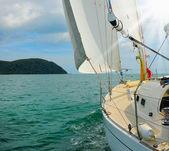 Jacht na otwartym morzu — Zdjęcie stockowe