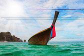 Longtail łodzi na tropikalnej plaży — Zdjęcie stockowe