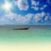 长尾船在海上热带海滩上 — 图库照片