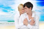 Szczęśliwa para na słonecznej plaży — Zdjęcie stockowe