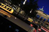 Berlin - Brandenburger Tor with Taxi - Capital in Action — Stock Photo