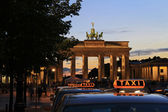 Berlin - Brandenburger Tor with Taxi - Tourism — Stock Photo