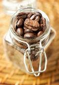 Granos de café en un frasco de vidrio — Foto de Stock