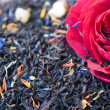 Black tea with flower petals — Foto Stock